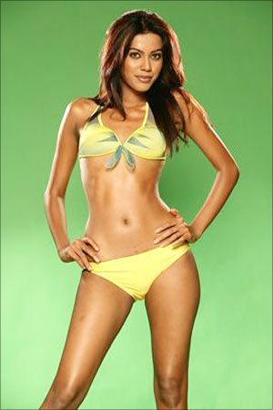 beauty-queen-natasha-suri-to-debut-in-bollywood-bikini