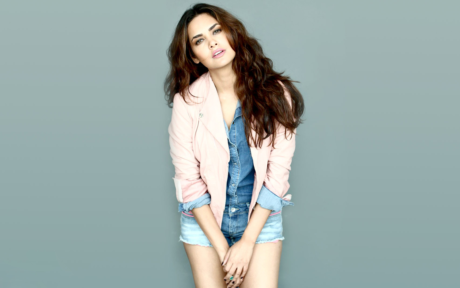 esha-gupta-desktop-wallpaper-54541-56275-hd-wallpapers