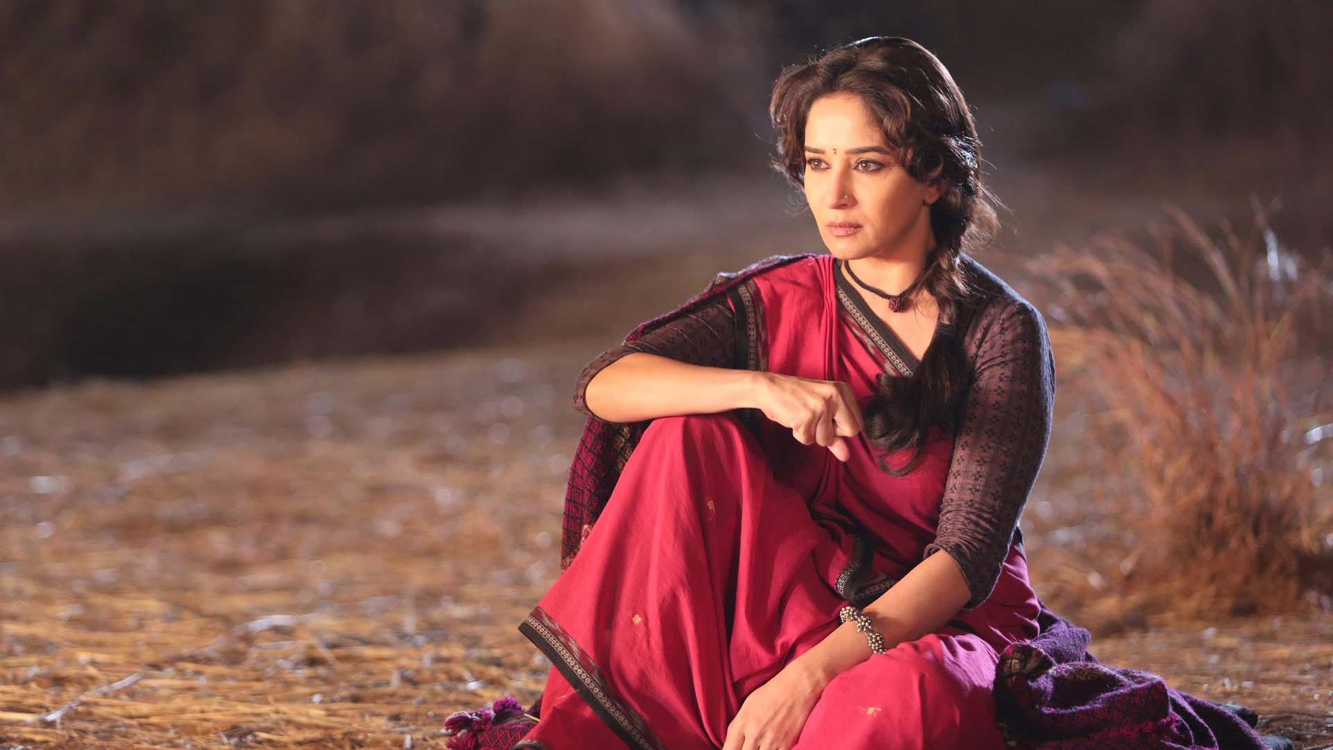 gulaab_gang_red_saree_madhuri_dixit