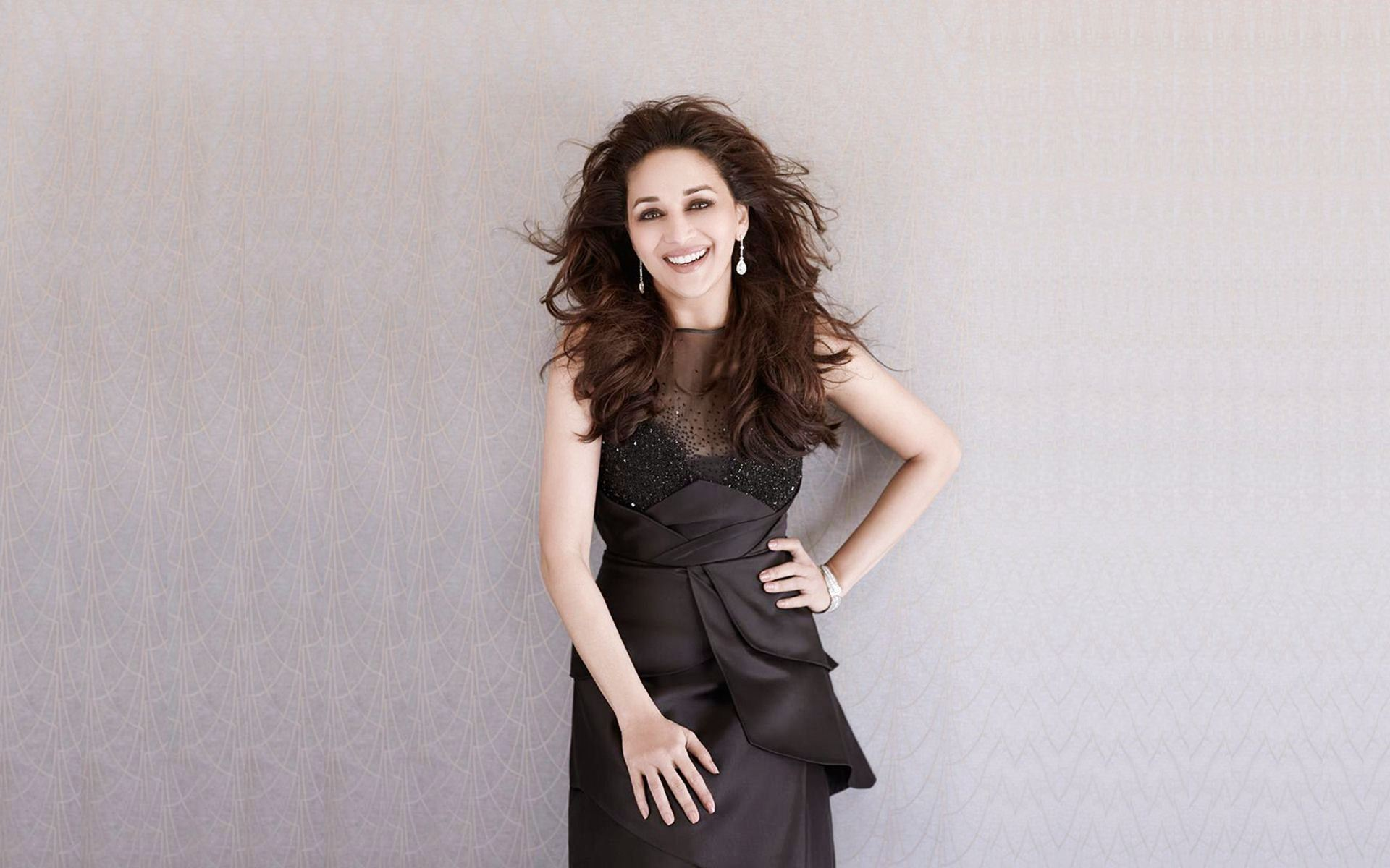 indian-top-star-madhuri-dixit-wars-wallpapers-hd