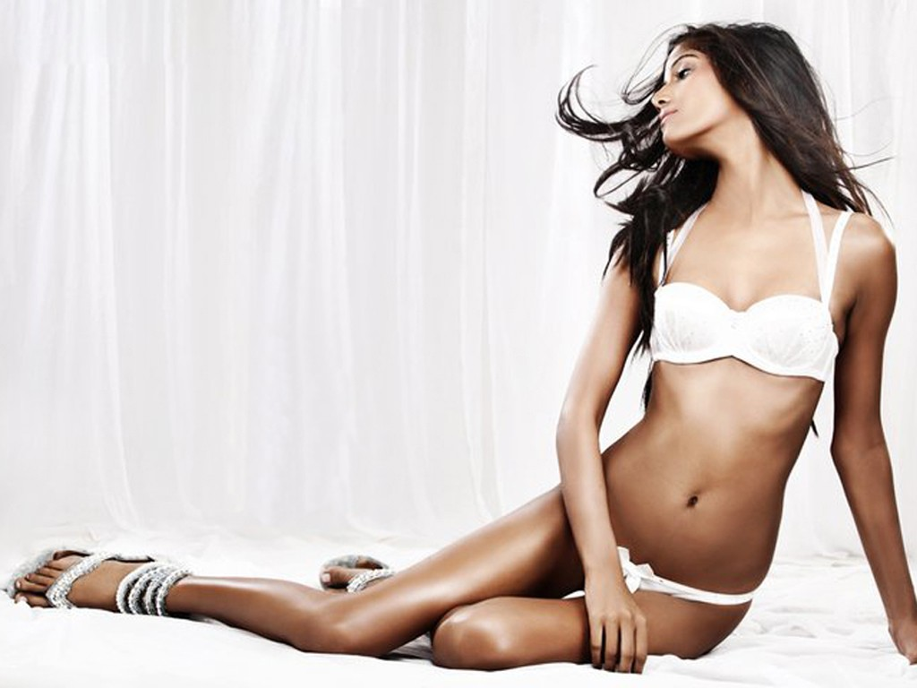 Poonam-Pandey-Photos-white-Sexy-Wallpapers