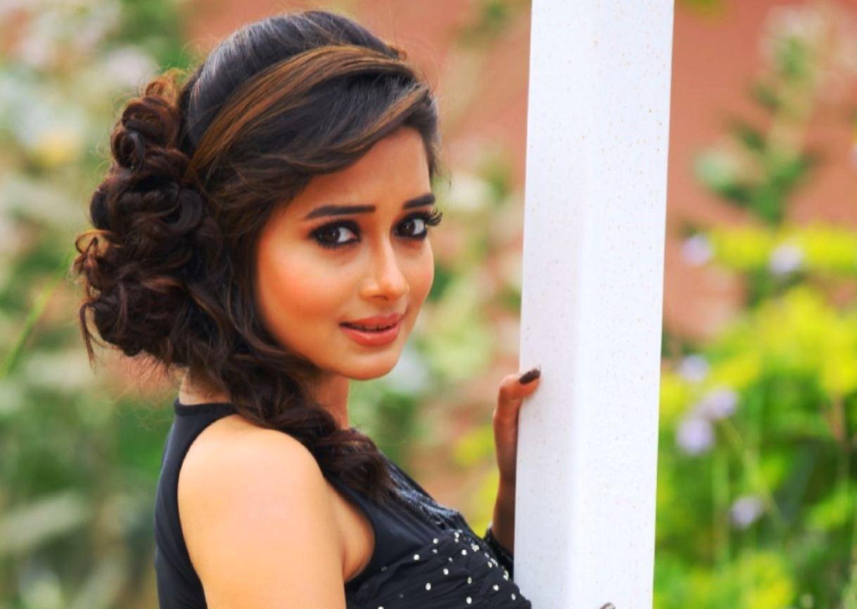 Tina-Dutta-colors-actress