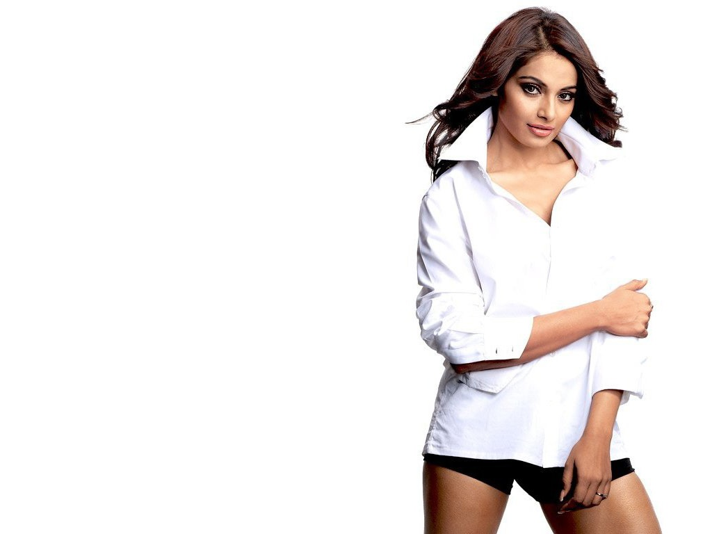 Bipasha_Basu_in_White_Shirt