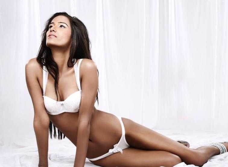 poonam-pandey-white-bikini-with-white-background-sizzling