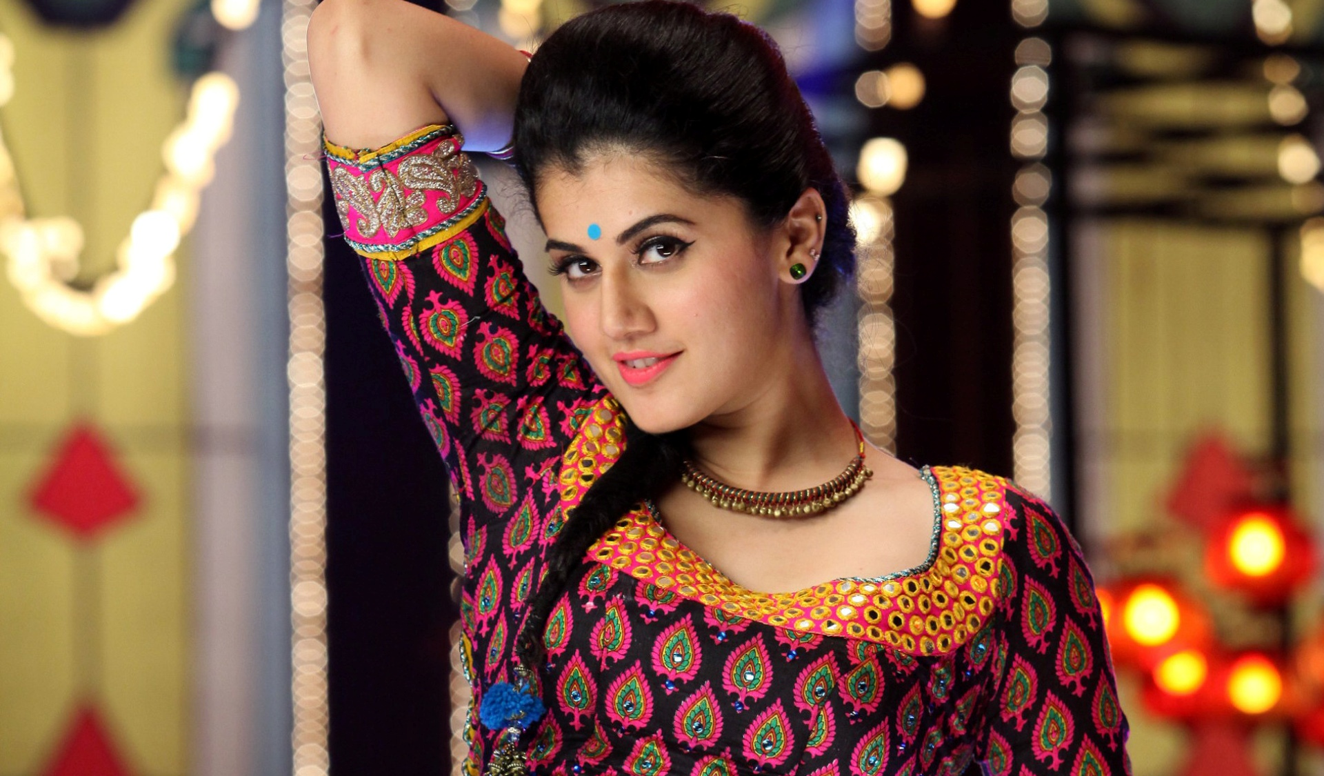 tapsee_pannu-wide-wallpapers